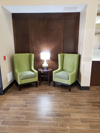 Lobby Sitting Area | Comfort Suites Sioux Falls