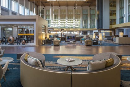 Lobby Sitting Area | DoubleTree by Hilton Hotel Pittsburgh - Cranberry
