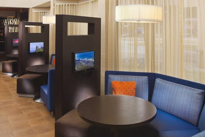 Lobby Sitting Area | Courtyard by Marriott Memphis East/Park Avenue