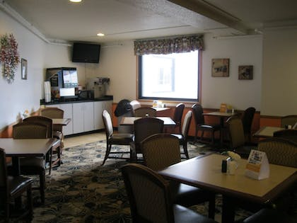 Breakfast Area | Econo Lodge Near Miller Hill Mall