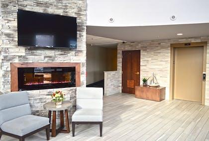 Lobby Sitting Area | Maplewood Suites Extended Stay- Syracuse/Airport