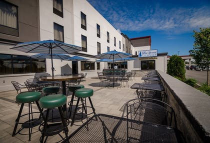 Outdoor Dining | Maplewood Suites Extended Stay- Syracuse/Airport