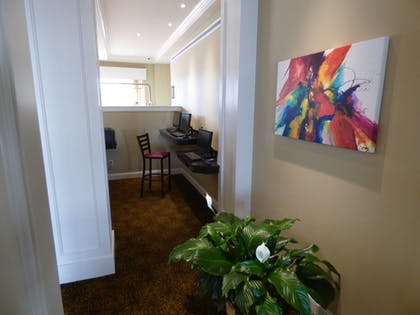 Lobby Sitting Area | Best Western Plus Longbranch Hotel & Convention Center