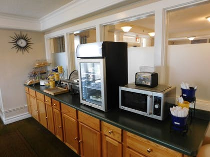 Breakfast Area | Days Inn & Suites by Wyndham Arlington Heights
