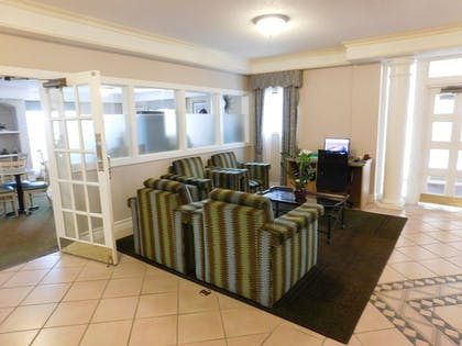Lobby Sitting Area | Days Inn & Suites by Wyndham Arlington Heights