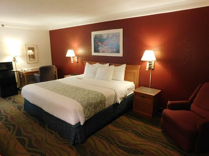 Guestroom | Days Inn & Suites by Wyndham Arlington Heights