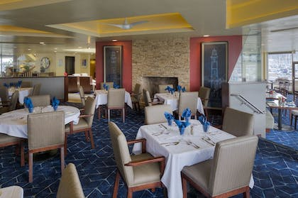 Restaurant | Bay Club Hotel & Marina