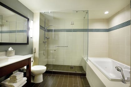 Bathroom | DoubleTree by Hilton Hotel Alana - Waikiki Beach