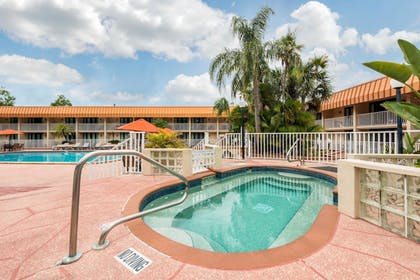Outdoor Spa Tub | Quality Inn & Suites Tarpon Springs South