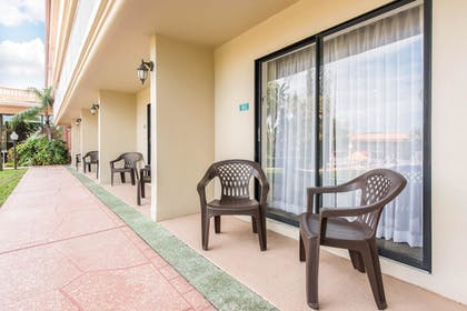Terrace/Patio | Quality Inn & Suites Tarpon Springs South