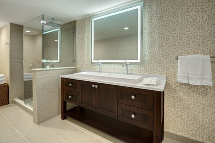 Bathroom | Sheraton Eatontown Hotel