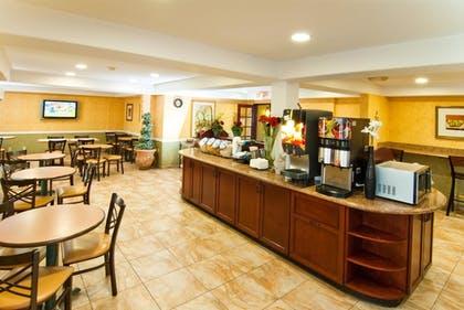 Breakfast Area | Best Western Plus Raffles Inn & Suites