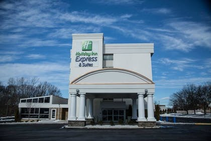 Hotel Front | Holiday Inn Express & Suites Milford