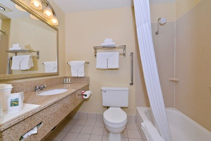 Bathroom | Quality Inn And Suites Vancouver