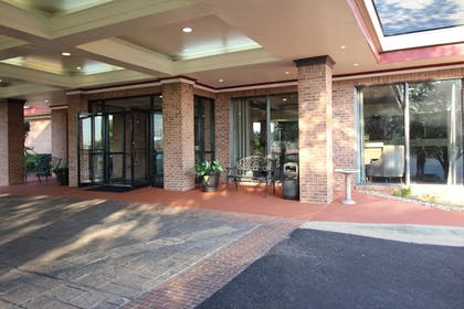 Hotel Entrance | Magnuson Grand Hotel and Conference Center Tyler
