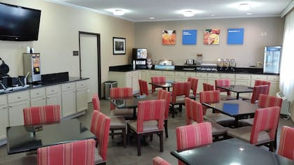 Breakfast Area | Comfort Inn Moline - Quad Cities