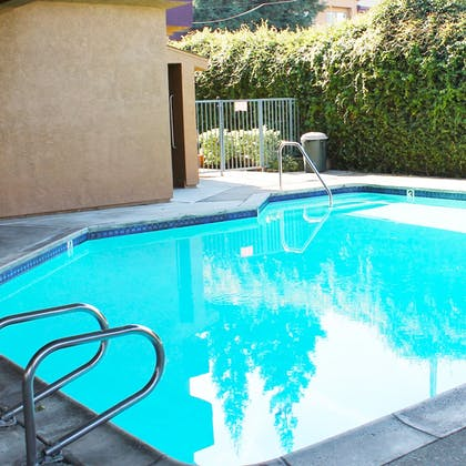 Outdoor Pool | Governors Inn Hotel