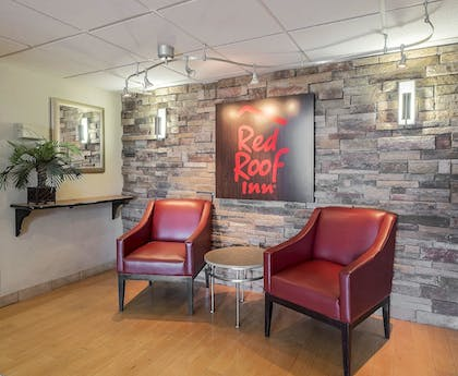 Lobby Sitting Area | Red Roof Inn & Suites Cleveland - Elyria