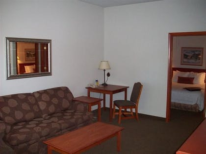 Living Room | Bend Three Sisters Inn & Suites