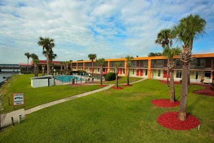 Courtyard | Quality Inn And Suites Riverfront
