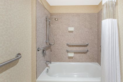 Bathroom | Hawthorn Suites by Wyndham Midwest City Tinker AFB