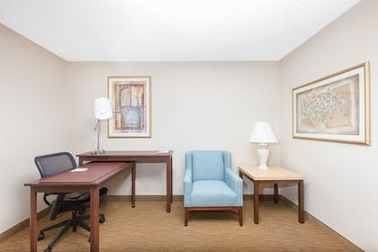 Living Area | Hawthorn Suites by Wyndham Midwest City Tinker AFB