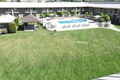 BBQ/Picnic Area | Best Western Plus Ahtanum Inn