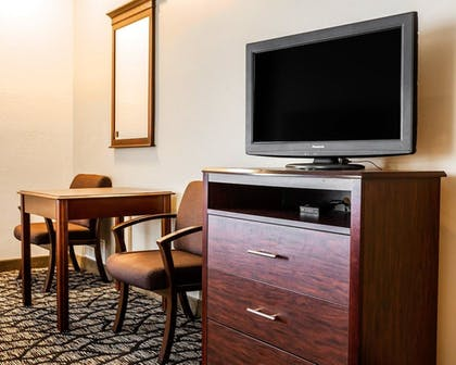 Guestroom   Quality Inn & Suites Kansas City Airport North