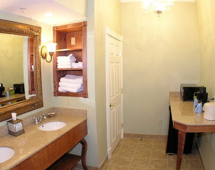 Bathroom | Best Western White House Inn