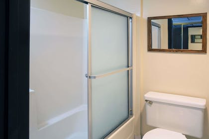 Bathroom | Travelodge by Wyndham Ocean Front