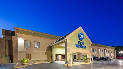 Hotel Front - Evening/Night | Best Western Crossroads Inn