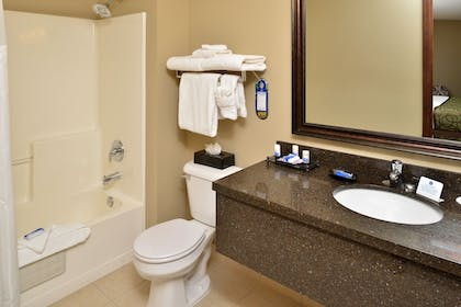 Bathroom | Best Western Plus Kennewick Inn