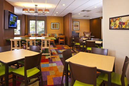 Restaurant | Fairfield Inn & Suites by Marriott Houston Hobby Airport.