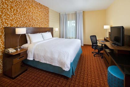 Guestroom | Fairfield Inn & Suites by Marriott Houston Hobby Airport.
