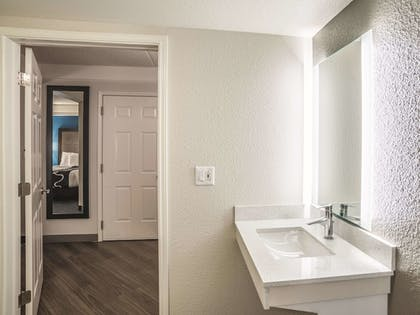 Bathroom | La Quinta Inn & Suites by Wyndham Phoenix Chandler