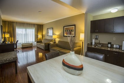 Living Area | Best Western Plus Ambassador Suites Venice