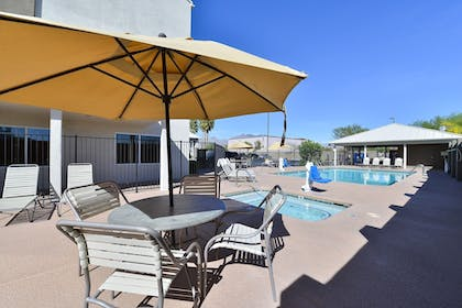 Outdoor Pool | Comfort Suites At Tucson Mall