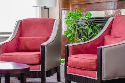 Lobby Sitting Area | Quality Suites St. Joseph