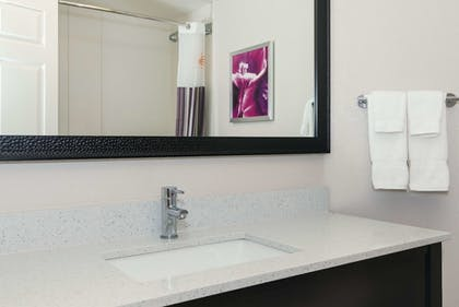Bathroom | La Quinta Inn & Suites by Wyndham Ontario Airport