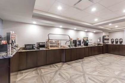 Breakfast Area | Wingate by Wyndham Convention Ctr Closest Universal Orlando
