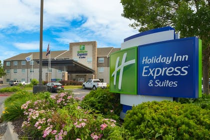 Exterior | Holiday Inn Express & Suites Omaha - 120th and Maple