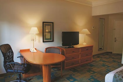 Guestroom | La Quinta Inn & Suites by Wyndham Houston Bush IAH South
