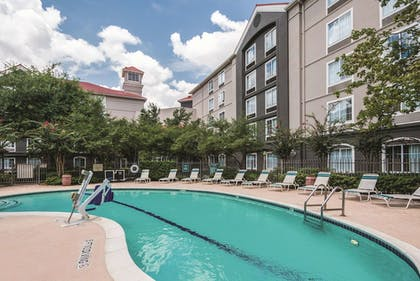 Pool | La Quinta Inn & Suites by Wyndham Houston Bush IAH South