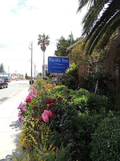 Hotel Entrance | Pacific Inn of Redwood City