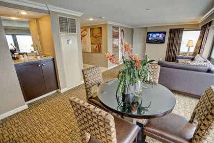 In-Room Dining | Golden Nugget