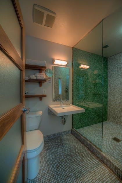 Bathroom | Modern Hotel and Apartments