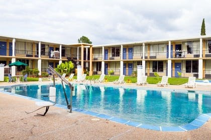 Outdoor Pool | Executive Thibodaux New Orleans Hotel