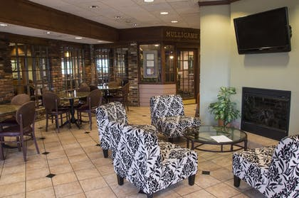 Lobby Sitting Area | Lamplighter Inn & Suites - North