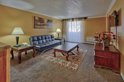 Living Area | Ramada Plaza by Wyndham Albuquerque Midtown
