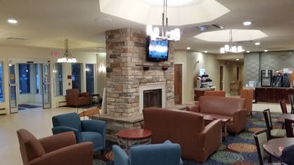 Lobby Sitting Area | Holiday Inn Express Hotel & Suites Pittsburgh Airport